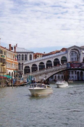 The Rialto Bridge on the Canal in Venice, Italy Journal: Take Notes, Write Down Memories in this 150 Page Lined - Independent Italy
