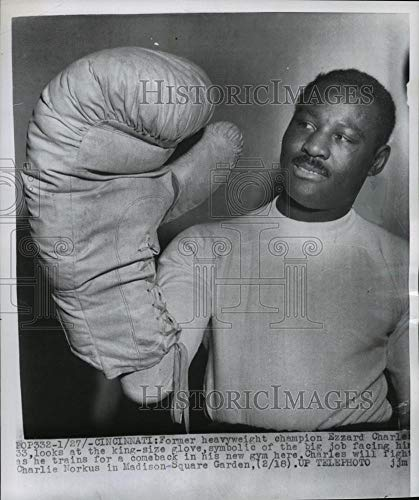 1955 Press Photo Heavyweight Ezzard Charles with king-size glove, Cincinnati, OH - Historic - Gloves Heavyweight Ohio