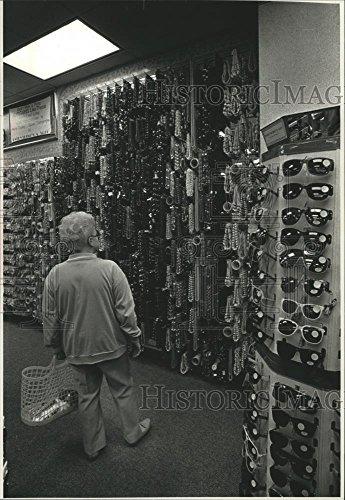 1991 Press Photo Shopper at Everything's a $1.00, Northridge Mall, - La Northridge Mall