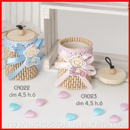 Caja redonda de bambú para caramelos, con tapa, cinta bordada enmarcando el borde superior junto a un lazo rosa decorado con el dibujo de una niña sonriente ...
