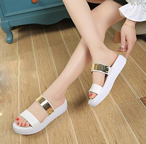 Frau Sommer Freizeit mit rutschfeste flache Sandalen und Pantoffeln Wort ziehen schwerem Boden weiblichen Metall White