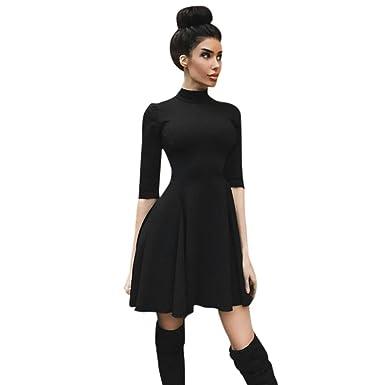 Schwarzes kleid mit dreiviertelarmel