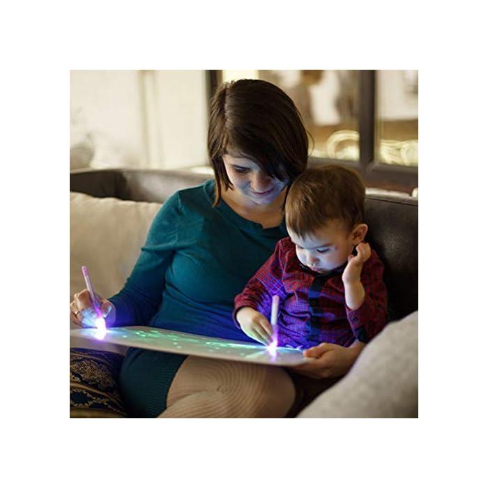51njPGGt5sL 🌟 DIBUJOS MÁGICOS CON LUZ: Realiza vibrantes dibujos luminosos con nuestra pizarra infantil. Educativa y Multifuncional mantendrá al niño divertido y fomentará la creatividad e imaginación de forma original e interactiva. El tablero fotoluminescente atrapa la luz permitiendo generar dibujos en la oscuridad que duran hasta 15 minutos en la pizarra antes de desvanecerse. 🌟 MOMENTOS ÚNICOS CON TUS HIJOS: Ideal para compartir tiempo entre padres e hijos en los momentos de relajación y descanso antes de ir a dormir. Potencia el vínculo afectivo compartiendo y fomentando la imaginación de tu niño. 🌟 ACCESORIOS DE DIBUJO: Junto a su pizarra recibirá un bolígrafo mágico que permite dibujar con Luz Real, y 2 plantillas de números y formas para realizar los más creativos y originales dibujos.
