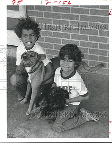 1981 Press Photo Children of the Baytown Texas Housing Authority hold - Texas Baytown Pictures Of
