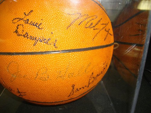 1983 University of Ky Team + HOF others Hand Signed AUTOGRAPHED BASKETBALL - Macy's University