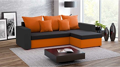 divano ad angolo con seduta nera, base e cuscini arancione.