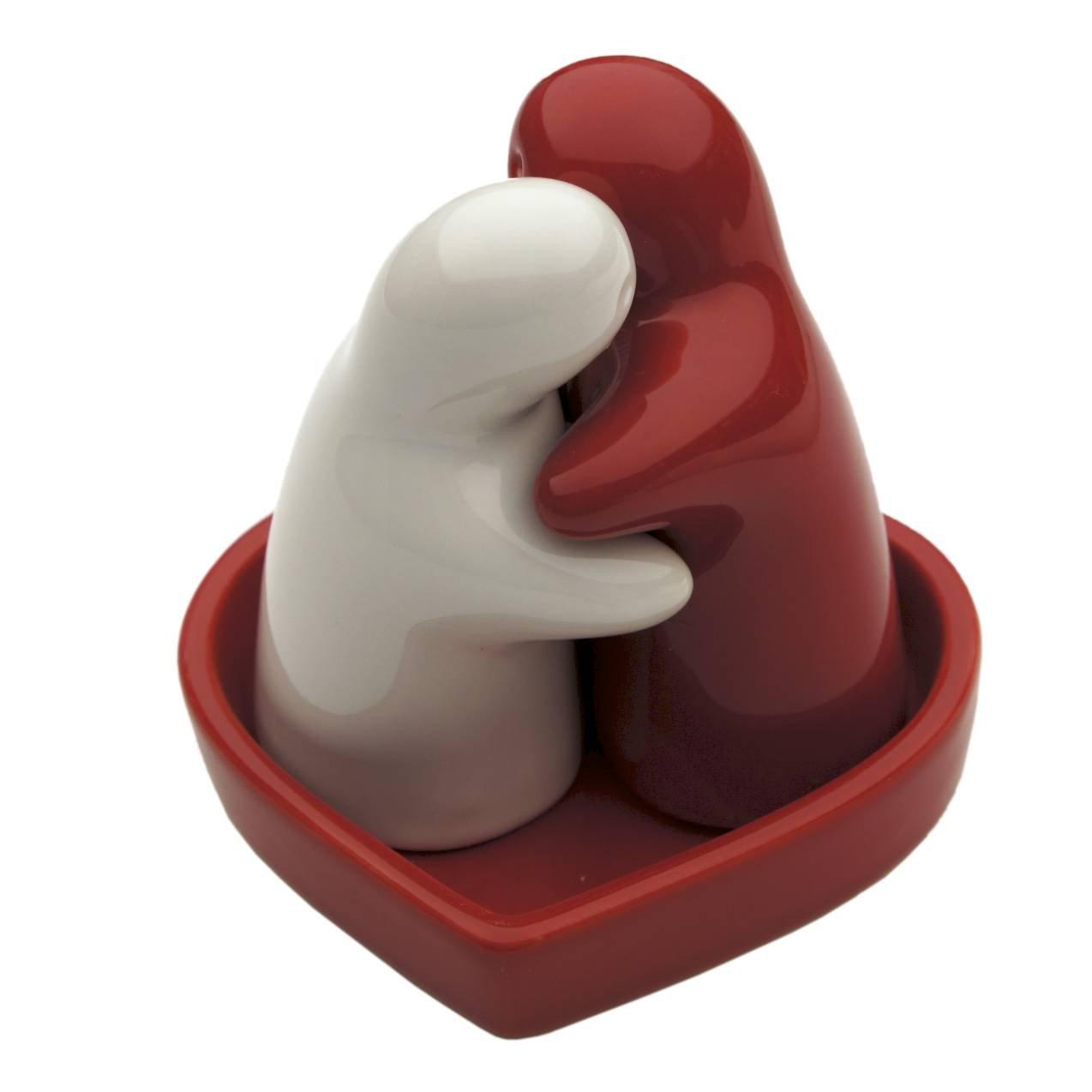 saliere et poivriere design bijoux cadeau amoureux amour ceramique rouge blanc avec un plat rouge