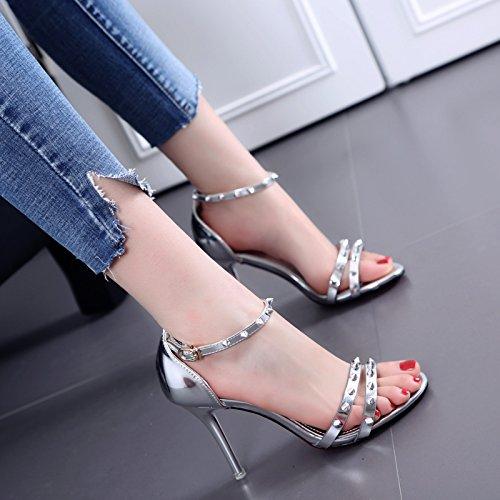 Un remache hebilla sandalias del verano de los estiletes de cuero silvery