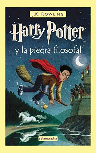 51oFb9NbasL Harry Potter y la piedra filosofal es el primer volumen de la ya clásica serie de novelas fantásticas de la autora británica J.K. Rowling. «Con las manos temblorosas, Harry le dio la vuelta al sobre y vio un sello de lacre púrpura con un escudo de armas: un león, un águila, un tejón y una serpiente, que rodeaban una gran letra H.» Harry Potter nunca ha oído hablar de Hogwarts hasta que empiezan a caer cartas en el felpudo del número 4 de Privet Drive. Llevan la dirección escrita con tinta verde en un sobre de pergamino amarillento con un sello de lacre púrpura, y sus horripilantes tíos se apresuran a confiscarlas. Más tarde, el día que Harry cumple once años, Rubeus Hagrid, un hombre gigantesco cuyos ojos brillan como escarabajos negros, irrumpe con una noticia extraordinaria: Harry Potter es un mago, y le han concedido una plaza en el Colegio Hogwarts de Magia y Hechicería. ¡Está a punto de comenzar una aventura increíble!