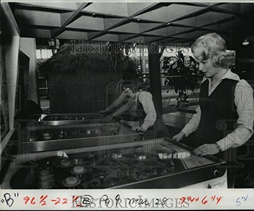 1978 Press Photo Group playing coin-op game machine pinball - noa68032 - 8.25 x 10 in. - Historic Images