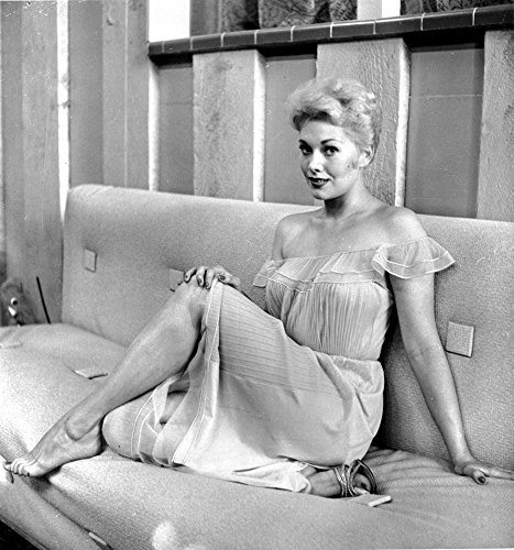 (Kim Novak Siting on Bench in White Gown Photo Print (8 x 10) )