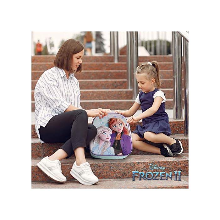 51oVG P%2B6WL ❄️ PACK 3 PRODUCTOS ESCOLARES – Diseño Frozen 2. Ideal para niñas a partir de 3 años. Distintas medidas para diferentes usos a lo largo del día. Mochila escolar con tirantes: 26 x 31 x 10 cm. Bolsa de merienda: 26,5 x 21,5 cm. Estuche escolar: 21,5 x 7,5 x 7,5 cm. Material tela de poliéster resistente y ligero. Todos los productos son fáciles de usar para los niños ❄️ MOCHILA ESCOLAR INFANTIL – Parte frontal de la mochila con diseño en 3D de Patrulla Canina creando divertidos detalles e impactantes efectos de colores. El tamaño es idóneo para niñas de 3 a 6 años, para usar en el colegio o actividades extraescolares. Las tiras pueden regularse y ajustarse según la altura del niño ❄️ BOLSA PARA MERIENDA – Con cierre de cuerdas a los lados. En colores verdes y morados con dibujo de Elsa y Anna. Esta mochila infantil es ideal para meter el almuerzo o merienda de los niños, también se puede usar en parvulario o para guardar juguetes. Su diseño de cuerdas permite que los niños puedan abrir y cerrar la mochila ellos solos