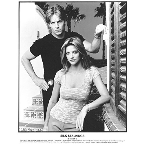 janet-gunn-8-inch-x10-inch-photo-silk-stalkings-tv-series-1991-1999-bw-standing-in-front-of-chris-po