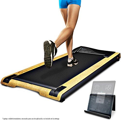51omUSw5ATL. SS500 REVOLUCIÓN: Use la cinta de correr DFT200 para un paseo relajante mientras trabaja o como una cinta de correr profesional. Velocidad de hasta 7.1 km por hora. Entrenar y cambiar tu rutina SALUD: Estar mucho tiempo sentado es perjudicial para la salud. Moverse mientras trabaja ofrece muchas ventajas, cómo pérdida de peso, prevención de enfermedades y mejor capacidad cardiovascular. TRABAJAR MEJOR: Los movimientos regulares durante el trabajo estimulan el flujo de sangre a través del cerebro y la absorción de oxígeno. Aumenta la concentración y disminuye el estrés Cinta de correr DESKFIT DFT200