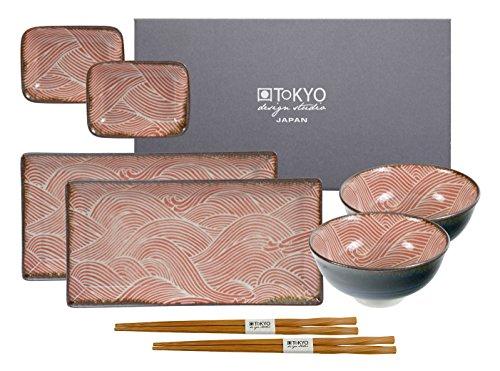 Tokyo Design Studio Seigaiha Red Sushi Set komplett - 8-teilig - für 2 Personen - 2 Sushiteller, 2 Dipschälchen, 2 Reisschalen aus hochwertigem Porzellan inklusiv 2 Paar.Essstäbchen aus Bambus - Spülmaschinenfest und mikrowellengeeignet - in schöner Geschenkbox