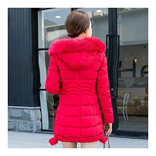 Blouson de duvet d'hiver de femme avec des ride sur les reins et un chapeau qui a une bande latérale piolue rouge