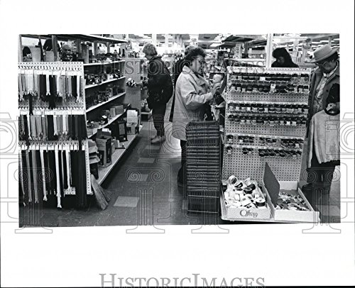 1992 Press Photo The Newbury store in the Great Lakes Mall - - Stores Mall Great In Lakes