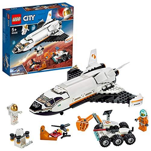 51p0jbc9ltL. SS500 Incluye 2 minifiguras LEGO City de astronautas. Este set de construcción para niños contiene una lanzadera científica espacial con cabina abatible, 2 grandes compuertas que se abren y espacio dentro para el dron de carga, un róver de Marte basado en los vehículos que usa la NASA, con brazo articulado con función de sujeción (novedad en junio de 2019), paneles solares inclinables y láser, un dron de carga con compartimento que se abre, ¡y un dron explorador con hélice giratoria y escáner para escanear un símbolo secreto descubierto en Marte! Accesorios incluidos: un casco con visor azul, un traje de actividad extravehicular con visor dorado, un escáner y 2 geodas con cristales azules (novedad en junio de 2019).