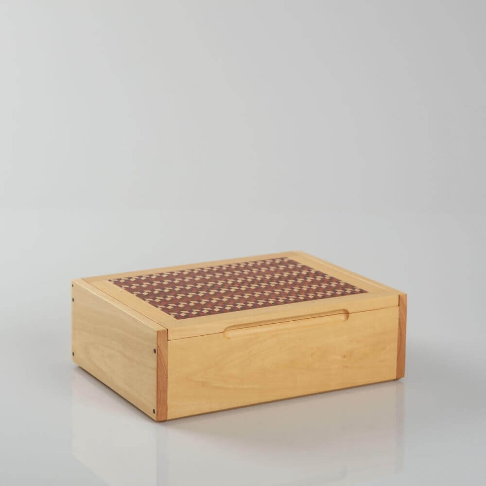 DOMINO BOX: Handmade hardwood domino box, lid decorated with cinetic cubic pattern, for gift, storage or decor H 8.7'' x W 6.3'', light-wood color.