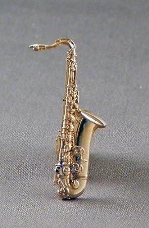 Broche de metal con forma de saxofón chapado oro