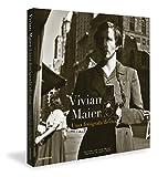 """""""Vivian Maier representa um caso extremo de descoberta póstuma; de alguém que existe unicamente nas coisas que viu. Maier não apenas era totalmente desconhecida no mundo da fotografia, como ninguém parecia sequer saber que ela tirava fotos."""" Geoff Dyer Vivian Maier foi uma babá profissional que, entre os anos 1950 e 1990, tirou mais de 100.000 fotografias pelo mundo – da França a Nova York, a Chicago e a dezenas de outros países – e não as mostrou a ninguém. As fotos são incríveis, tanto pela amplitude do trabalho quanto pela ótima qualidade das imagens bem-humoradas, comoventes e ásperas da vida urbana na era dourada dos Estados Unidos do pós-guerra. Há alguns anos, John Maloof, um historiador local, comprou de uma casa de leilões de Chicago uma caixa com os negativos de Maier. Ele então começou a colecionar e a promover sua maravilhosa obra, que finalmente viu a luz do dia. Pela primeira vez publicado no Brasil, Vivian Maier: Uma fotógrafa de rua reúne o melhor de sua incrível obra."""