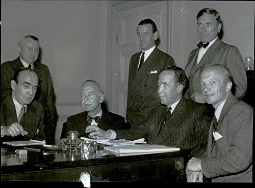 vintage-photo-of-banks-negotiation-delegation