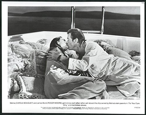 MOVIE PHOTO: FOR YOUR EYES ONLY-8X10 B&W PHOTO-007 BOND/BOUQUET KISS FN