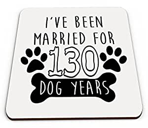 Posavasos con texto en inglés I've Been Married For 130 Dog Years (20 años)