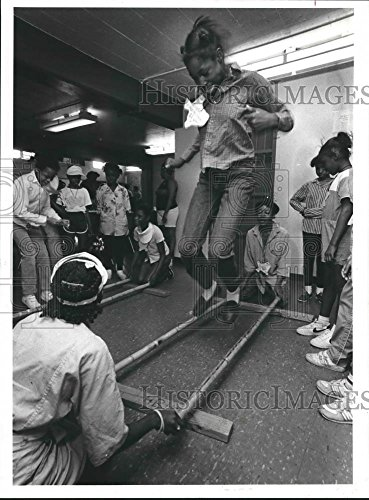 1986 Press Photo Houston Girl Scouts play game at Cuney Home Community Center