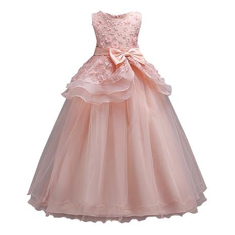Jeune femme en robe de soiree