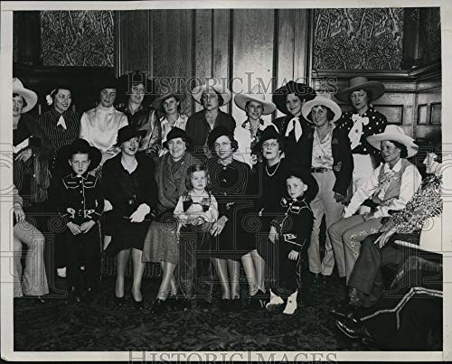 Historic Images - 1934 Vintage Press Photo Rodeo Cowgirls at Luncheon by Mrs. William Randolph hotel Astor