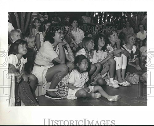 1989 Press Photo People laugh watching Garfield, the cat at West Oaks - West Oak Mall