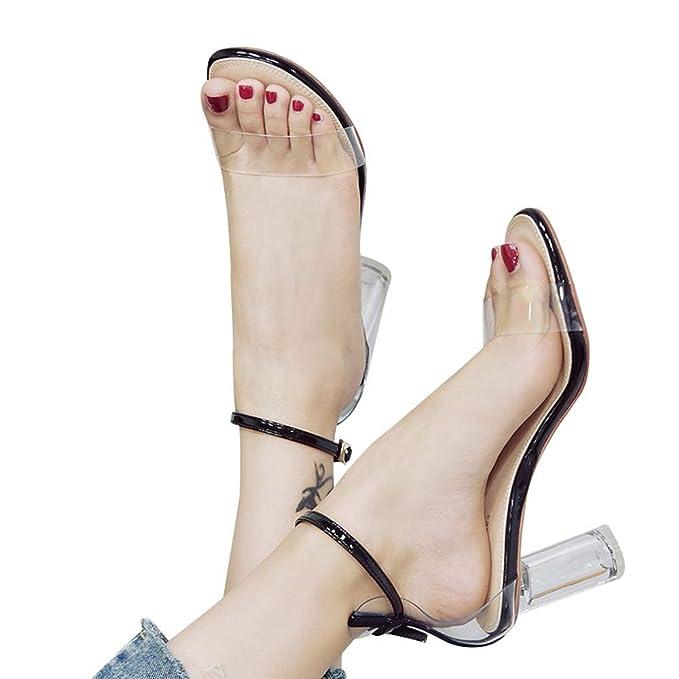 Sencillas sandalias de verano con tacón y sujecciones transparentes. Cierre con hebilla.