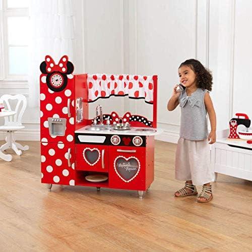 Kind neben Minnie Maus Spielküche