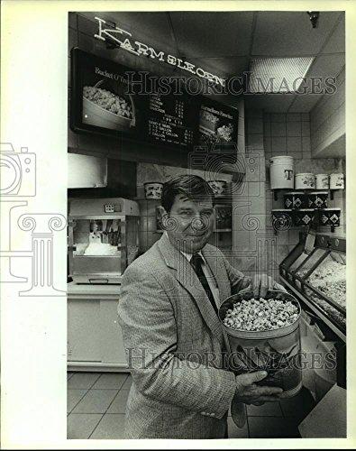 Historic Images 1989 Press Photo Dean Alexander at Karmelkorn Store at North Star Mall - 10 x 8 ()