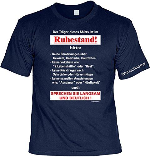 T-Shirt mit Wunschname - Träger ist im Ruhestand - Lustiges Sprüche Shirt als Geschenk für Rentner mit Humor - NEU mit persönlichem Namen