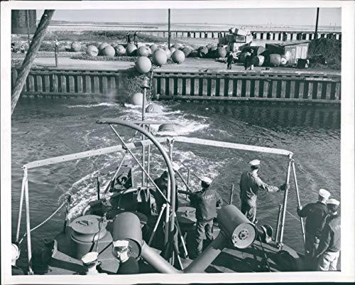 Vintage Photos 1944 Press Photo Ship WW2 Era Campaign Torpedoes Launch Steel Craft Fish 7X9 ()