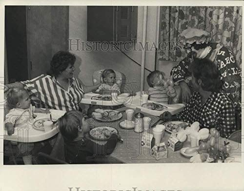 1987 Press Photo Wayne Brown and Family at Salvation Army Halloween Supper -