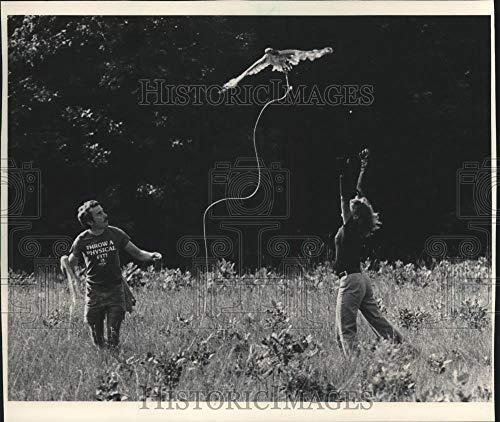 1983 Press Photo Tom Gaffney and Nancy Frank, Bayside, practice flight with hawk