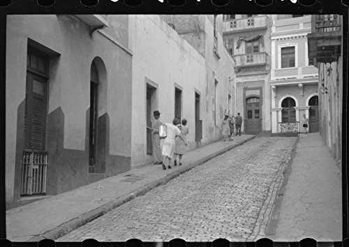1942 Photo San Juan, Puerto Rico. People carrying water home because of the failure of the water system in San Juan for three days Location: Puerto Rico, San Juan, San Juan Municipality