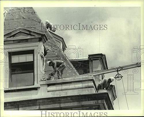 1986 Press Photo Workmen prepare Borough Hall roof for new shingles - sia00902