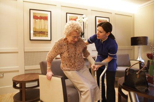Centro de residencia asistida para ancianos en marcha Plan de negocio muestra en español (Spanish Edition)