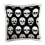 Janna Salak Designs inconformista - patrón inconformista de calaveras negro y blanco - Funda de almohada
