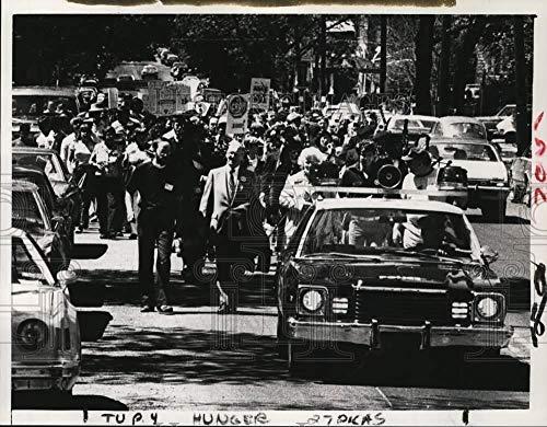1981 Press Photo Albany, New York police escort protestors in Hunger March