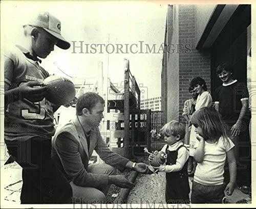 Mcdonalds Mcdonald House Ronald (Vintage Photos 1984 Press Photo Oilers Coach Hugh Campbell Visits Houston Ronald McDonald House)