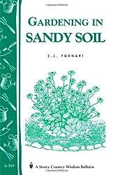 Gardening in Sandy Soil: Storey's Country Wisdom Bulletin A-169 (Storey Publishing Bulletin, a-169)