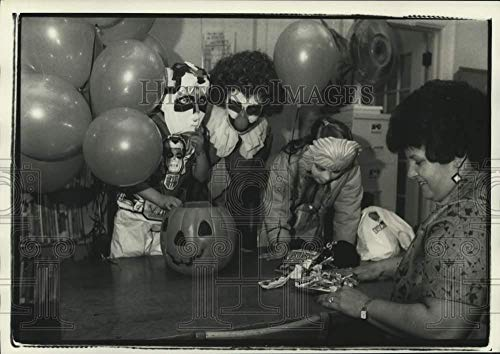 1986 Press Photo Children in Costume at White Library Halloween Candy Inspection -