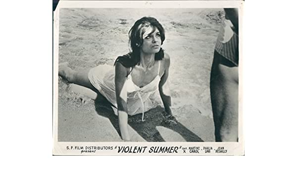 84b7253e14775 Violent Summer orig Lobby Card Dahlia Lavi Un soir sur la plage sexy ...