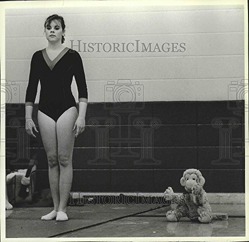 1986 Press Photo Gymnast Holly McBride Stands Tall Before Gymnastic Performance