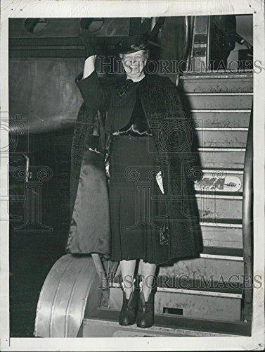 1947 Press Photo Eleanor Roosevelt Boarding Plane LaGuardia Airport For - Laguardia Airport Images